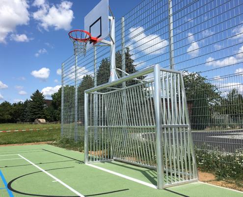 Bolzplatztor mit Basketballaufsatz